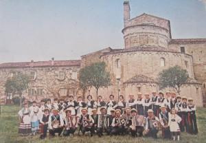 il gruppo con un'antica chiesa sullo sfondo